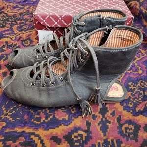 80%20 gray lace sandals. Size 9